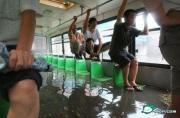 洪水中的公交车,看谁开的牛!